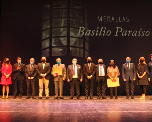 Miguel Carreras con la Medalla Basilio Paraíso
